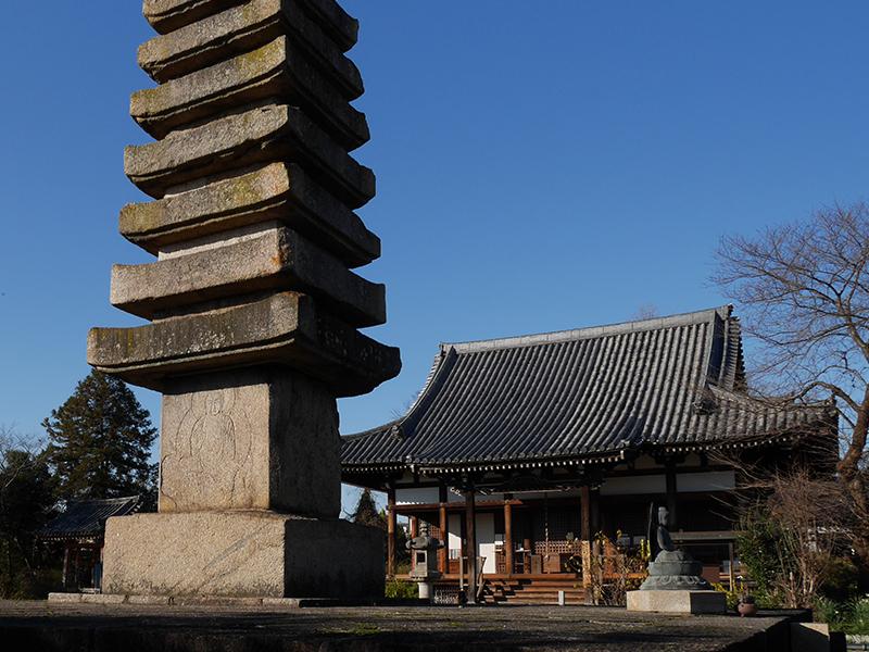 【般若寺】驚きの高さを誇る「十三重石宝塔」を有する寺の写真